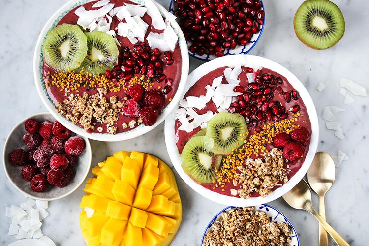 """Desde el Departamento de Ciencias de los Alimentos y Nutrición Humana de la Universidad de Florida (EE.UU), se ha reconocido el Acai como un alimento interesante para ser utilizado en productos nutracéuticos por el extenso abanico de propiedades funcionales que se le atribuyen. El Açaí (Euterpe oleracea) es una palmera que crece en Amazonia. Se conoce por los indígenas bajo el nombre de içá-çai, que significa """"el fruto que llora"""". Su fruta es una baya púrpura con concentraciones de antocianinas, potentes antioxidantes, más elevados que la que se encuentra en el vino rojo. Las bayas del acai son una excelente fuente de calcio, hierro, vitaminas B1, B2 y B3, de vitaminas C y E, así como de ácidos grasos esenciales. Son también ricas en fibras. Los indígenas lo utilizan tradicionalmente para tratar las disfunciones digestivas o las enfermedades de la piel. Es un poderoso antioxidante, combate los radicales libres que producen el deterioro de nuestro cuerpo, es un preventivo contra el cáncer de 6 a 8 veces más potente que el gingko biloba y es de 4 a 5 veces más potente que el saw palmeto, que se emplea mundialmente para tratar la inflamación de la próstata. PROPIEDADES DEL ACAI PARA LA SALUD Mayor energía y resistencia Mejora de la digestión Mejorado el enfoque mental Dormir mejor Todos los nutrientes provienen de una baya Acai tiene más proteínas en promedio que el huevo El Acai está lleno de vitaminas Acai tiene minerales esenciales tales como el hierro, potasio, fósforo y calcio. Acai cuenta con todos los naturales vitamina B1 (tiamina), vitamina B2 (riboflavina), vitamina b-3 (niacina), la vitamina C, vitamina E (tocoferol) Mejorar la función sexual Acai ha demostrado que hasta 33 veces el Antocyanine (un poderosos antioxidantes) luego rojo vino de uvas. Acai tiene un alto nivel de fibras que es bueno para los ancianos y personas que tienen problemas con los órganos digestivos Acai tiene dos ácidos grasos esenciales, conocidos como Omega 6 (ácido linoléico) y la Om"""