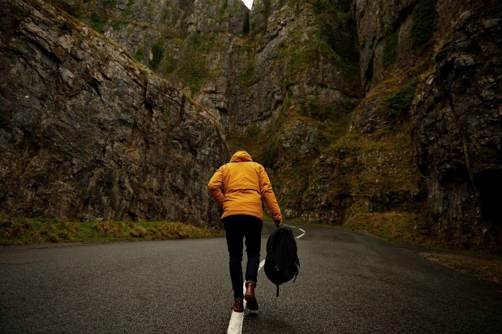 Beneficios de andar –Fortalece el corazón Caminar con regularidad se ha demostrado extremadamente importante para reducir el riesgo de enfermedad cardíaca y accidente cerebrovascular. Reduce los niveles de colesterol LDL ( malo), aumentar los niveles de HDL (colesterol bueno) y mantiene la presión arterial bajo control. Beneficios de andar –Reduce el riesgo de enfermedades Además de las enfermedades del corazón, una gran ventaja de caminar es que puede reducir el riesgo de desarrollar diabetes de tipo 2, el asma y algunos tipos de cáncer. Beneficios de andar –Nos ayuda a adelgazar Quizá sea el hecho por el cual la mayoría de la gente sale a caminar sin necesidad de tener que desplazarse. Si estamos tratando de perder peso, necesitamos quemar alrededor de 600 calorías al día más de lo que está comiendo. Por ello, andar, siempre es una excelente opción al tema de conseguir poder bajar de peso. Beneficios de andar – Previene la demencia senil La demencia senil afecta a una de cada 14 personas mayores de 65 años y uno de cada seis hombres por encima de los 80 años. Sabemos que la actividad física tiene un efecto protector sobre la función del cerebro y el ejercicio regular reduce el riesgo de demencia en un 40%. Beneficios de andar – Osteoporosis Caminar, estimula y fortalece los huesos , aumentando la densidad, especialmente para aquellos que no gozamos de una salud ósea muy poderosa, pues también ayuda a mantener las articulaciones en buen estado, evitando enfermedades como la artritis. Beneficios de andar – Tonifica las piernas Una buena camina nos ayudará sin lugar a dudas a fortalecer y dar forma a nuestras piernas, dándole gran definición a los,cuádriceps, isquiotibiales y al glúteos. Si realmente prestamos atención a la postura al caminar, también podemos tonificar los abdominales y reducir gradualmente la cintura. Beneficios de andar –Aumenta los niveles de vitamina D Caminar de día, cuando los rayos de sol apretan fuerte , estimula el crecimiento y desarrollo d