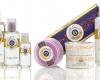 EL UNIVERSO POÉTICO Y SENSORIAL DE ROGER&GALLET… Desde 1862, Roger & Gallet escribe la historia del perfume con una mezcla de refinamiento parisino y encanto de los sentidos. Creador del bienestar a través del perfume, R&G se encarga, con cada uno de sus productos, de crear experiencias sensoriales beneficiosas. Aguas aromáticas frescas, aceites, agua de colonia, jabones redondos y perfumados, son tanto momentos de felicidad como invitaciones a viajar.
